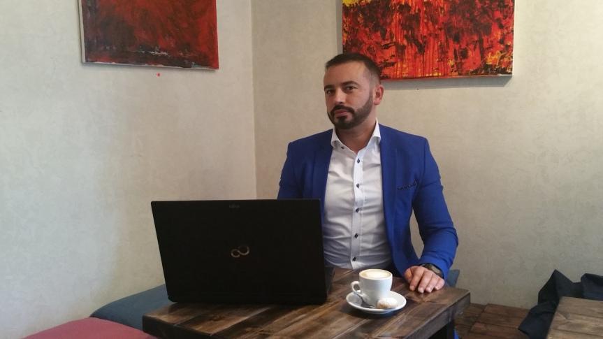 En kopp kaffe på Farbror Nikos café & galleri